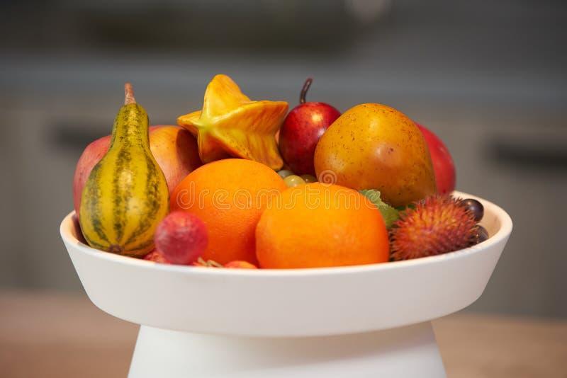 Frutti tropicali maturi in un piatto bianco fotografie stock