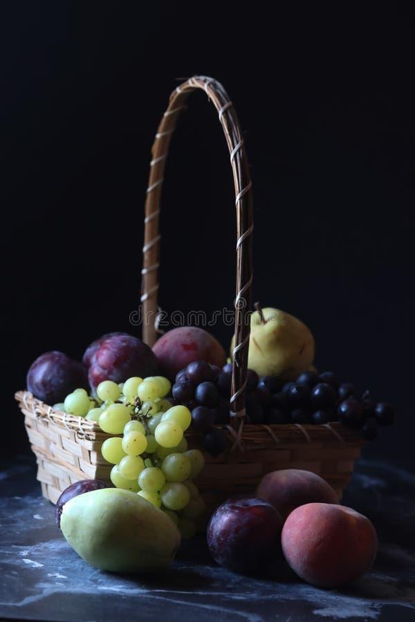 Frutti, uva, pera, prugna e pesca di vita di Stiill immagine stock