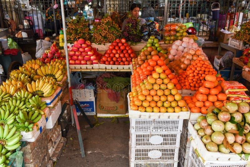 Fruttifichi per la vendita al mercato di Battambang sulla Cambogia immagine stock libera da diritti