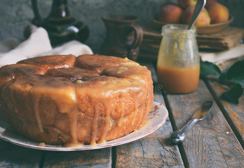 Frutto del baobab del caramello Torta di mele con zucchero bruno e cannella su un fondo di legno Cottura di autunno Dolci casalin immagine stock