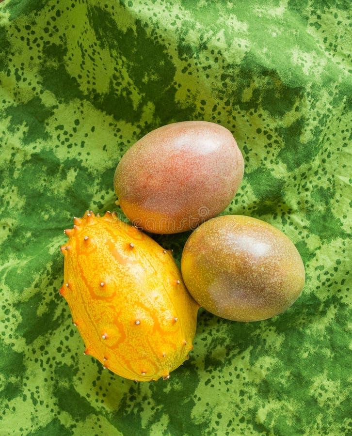 frutto della passione e melone di kiwano su un panno verde osservato da sopra fotografia stock