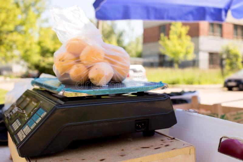 Fryazino, Rosja - 06 15 2018: pakunek morele na skali kontuar sprzedawca owoc i warzywo, gospodarstwo rolne obrazy stock