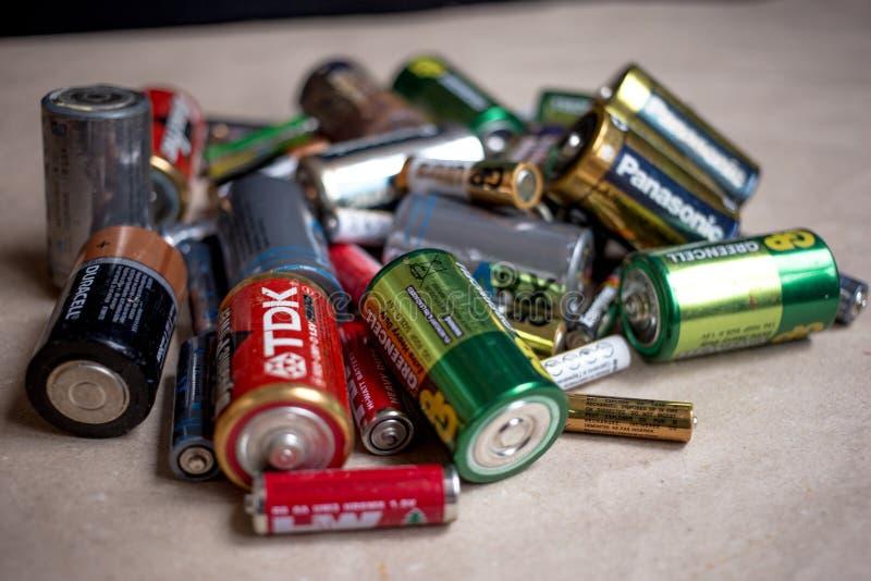 Fryazino, Rusia - 06 21 2018: un manojo de baterías usadas, disposición del concepto de los desechos peligrosos foto de archivo