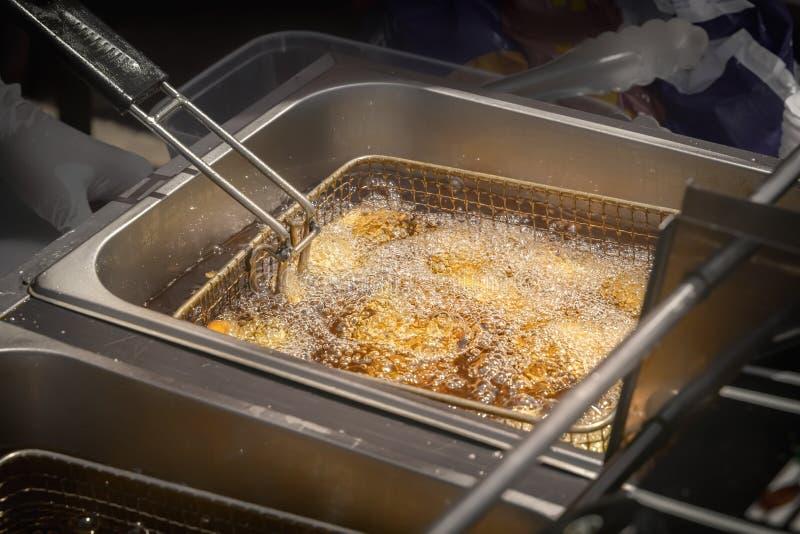 Fryer od karmowej sieci obniża w gotowanie olej w plenerowej fast food restauracji obraz stock