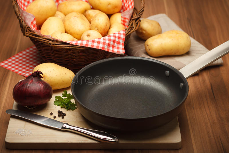 Fryingpan και πατάτες στοκ φωτογραφία με δικαίωμα ελεύθερης χρήσης