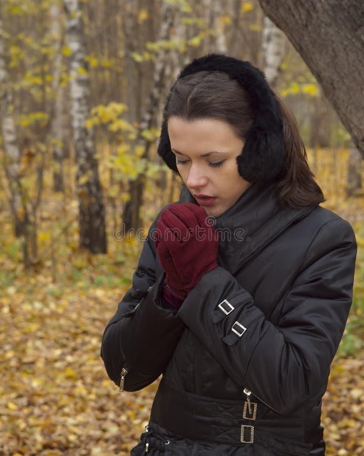 fryser kvinnan royaltyfri foto