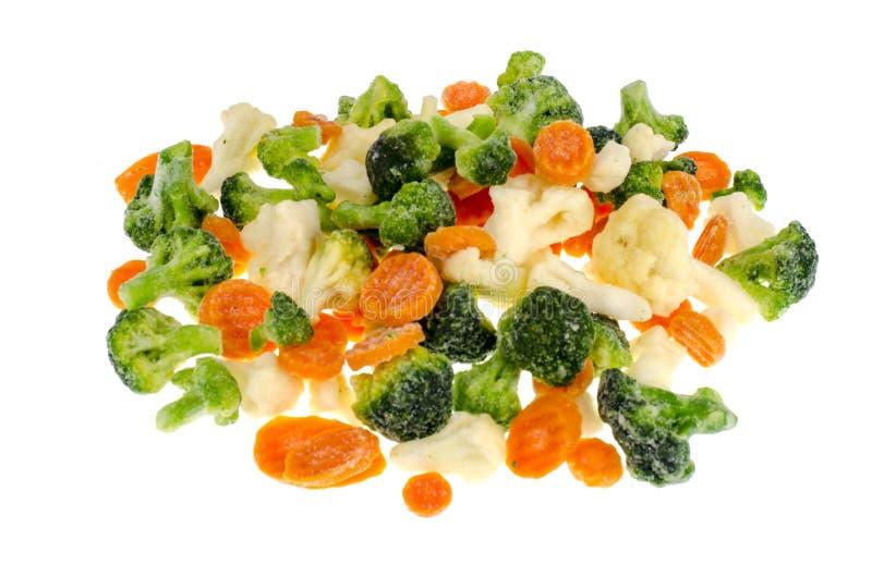 Fryst broccoli, blomkål, morötter på vit bakgrund arkivbild