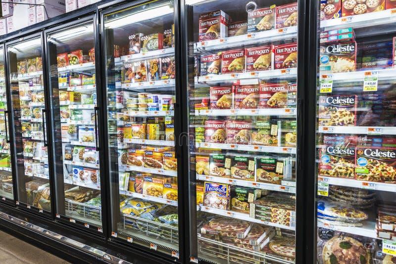 Fryst mat i en supermarket i New York City, USA royaltyfria bilder