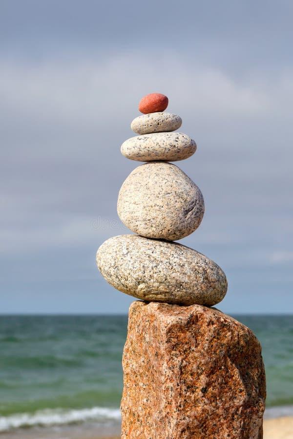 Fryst pyramid av vita skulpor på havets botten Begreppet balans, harmoni och meditation royaltyfria bilder