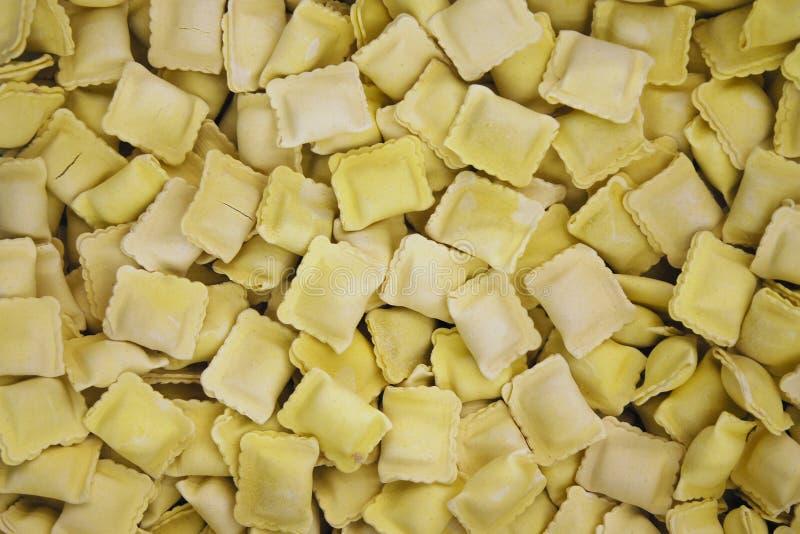 Fryst raviolihög som säljs av vikt i supermarket, matbakgrund arkivfoto