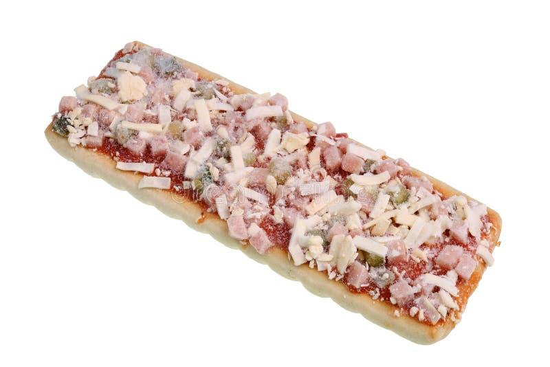 Fryst samlas liten fyrkantig pizza för produktion med champinjoner, salami, skinka och mozzarellaen royaltyfria foton