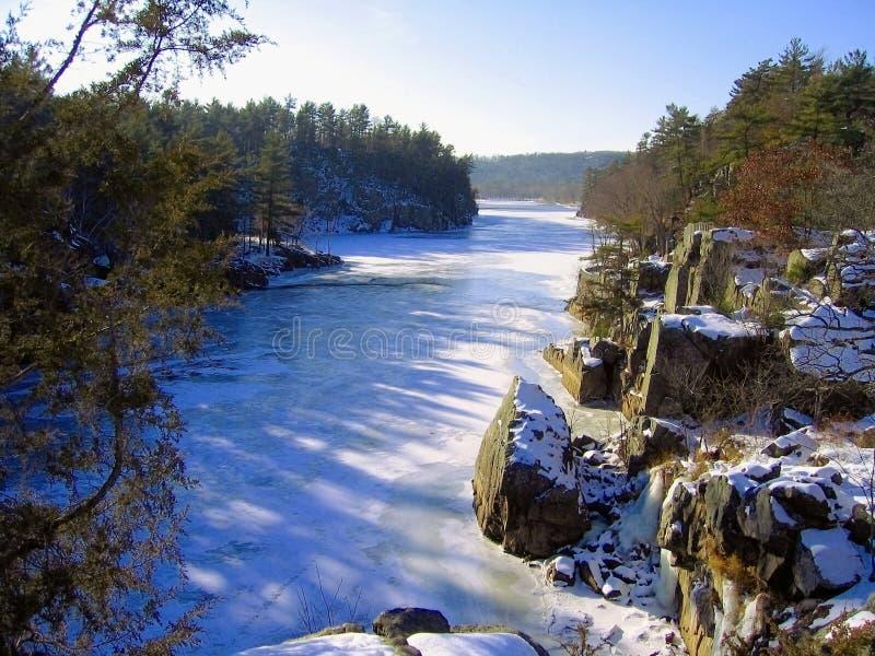 Fryst St Croix River på mellanstatligt parkerar, Minnesota arkivbild