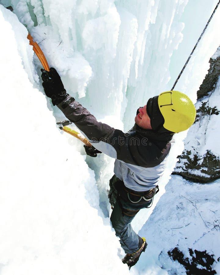 Fryst vattenfall för man klättring royaltyfri fotografi