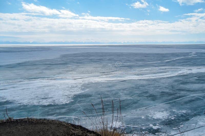 Fryste Lake Baikal, sikt från berget royaltyfri bild