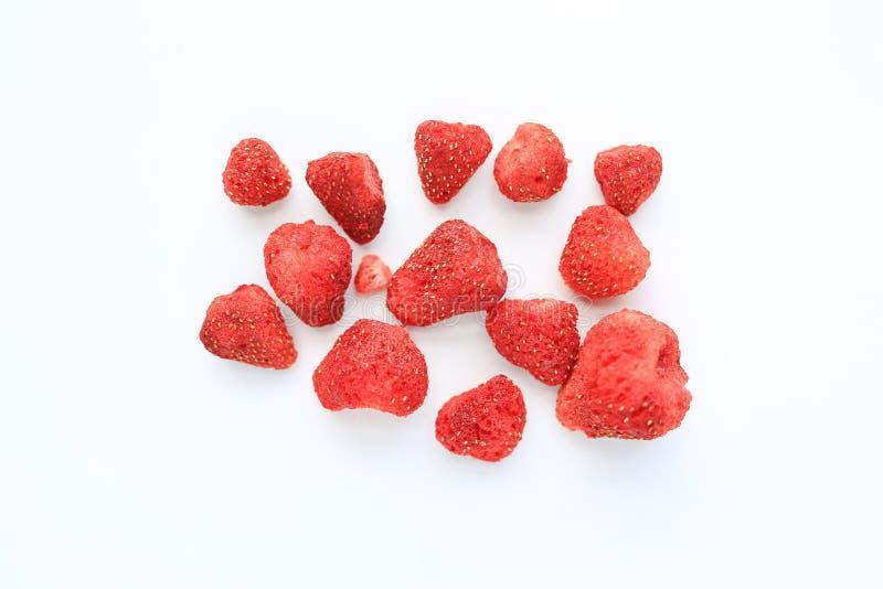 Frystorkade jordgubbar som isoleras p? vit bakgrund royaltyfri bild