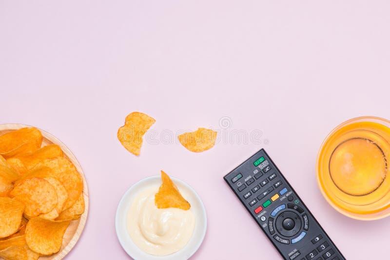 Frytki na pergaminie na stole Pojęcie niezdrowy jedzenie fotografia stock