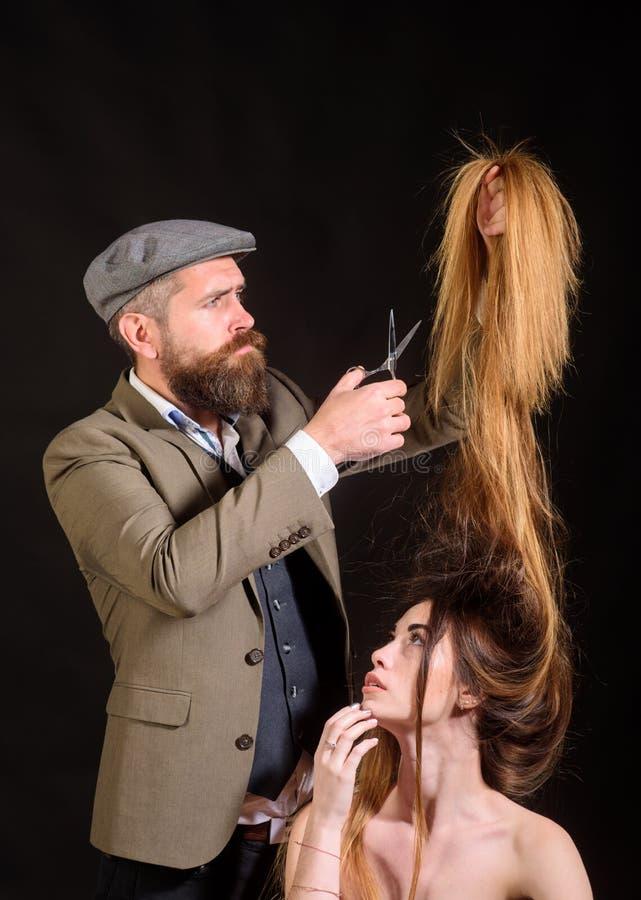 Fryzjerów męskich nożyce Kobieta dostaje ostrzyżenie fryzjerem Kobieta odwiedza hairstylist w włosianym salonie Piękno Wzorcowa d fotografia royalty free