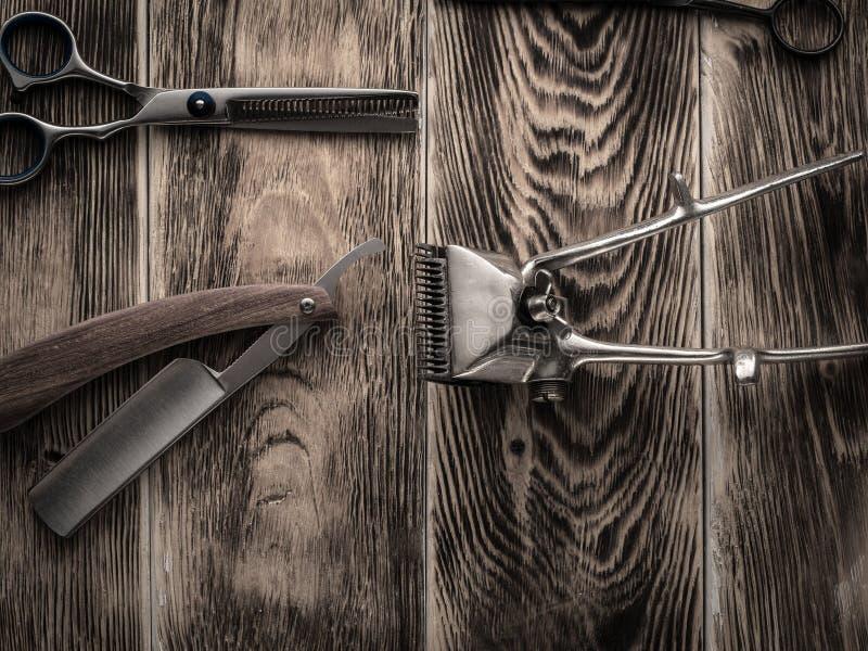 Fryzjerów męskich sklepów narzędzia na drewnianym biurku pasteryzujący wizerunek zdjęcie stock