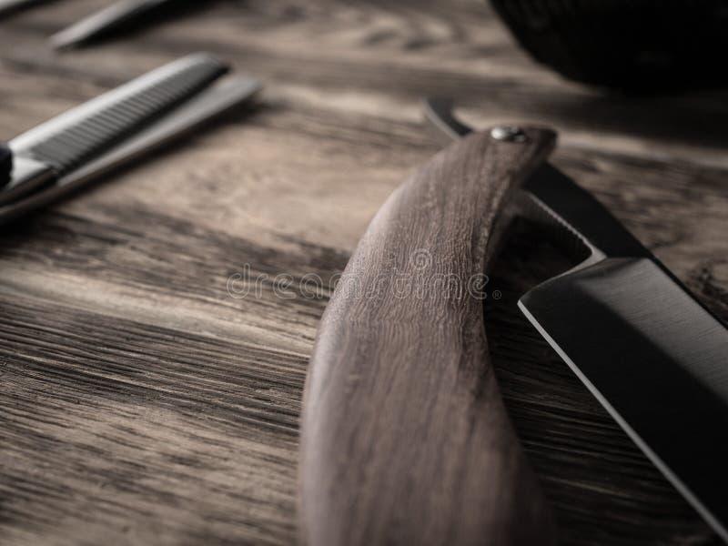 Fryzjerów męskich sklepów narzędzia na drewnianym biurku pasteryzujący wizerunek fotografia royalty free