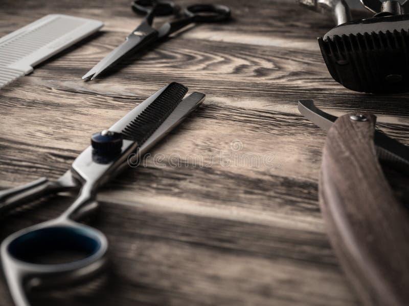 Fryzjerów męskich sklepów narzędzia na drewnianym biurku pasteryzujący wizerunek obraz stock