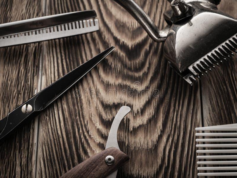 Fryzjerów męskich sklepów narzędzia na drewnianym biurku pasteryzujący wizerunek zdjęcie royalty free