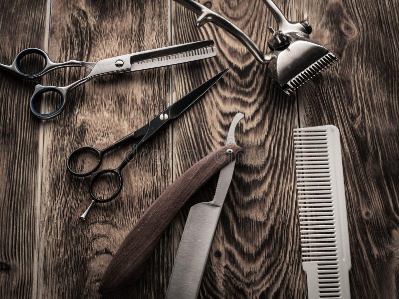 Fryzjerów męskich sklepów narzędzia na drewnianym biurku pasteryzujący wizerunek zdjęcia stock