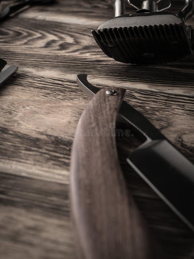 Fryzjerów męskich sklepów narzędzia na drewnianym biurku pasteryzujący wizerunek obrazy stock