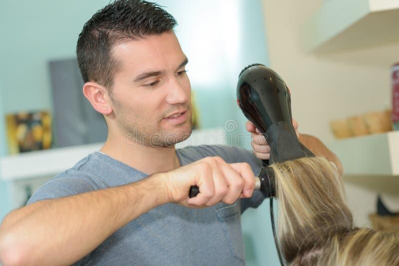 Fryzjerów podmuchowi klienci włosiani zdjęcie stock