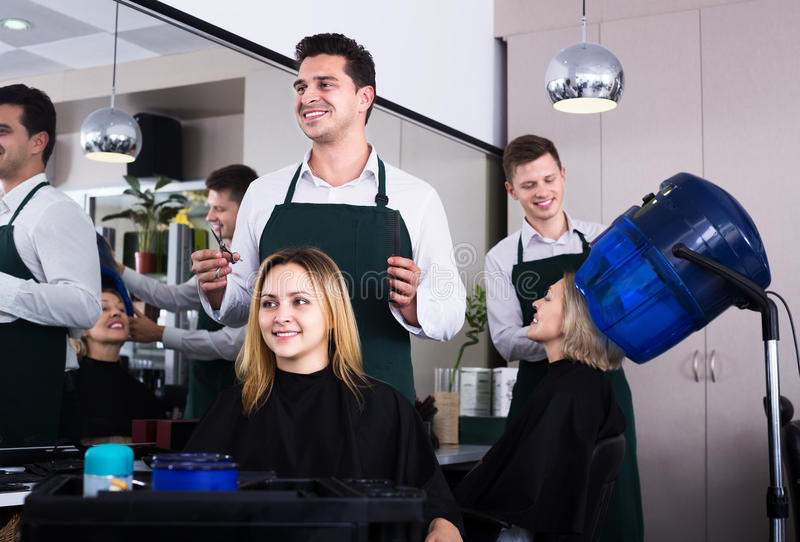Fryzjer ciie włosy przy salonem obraz stock