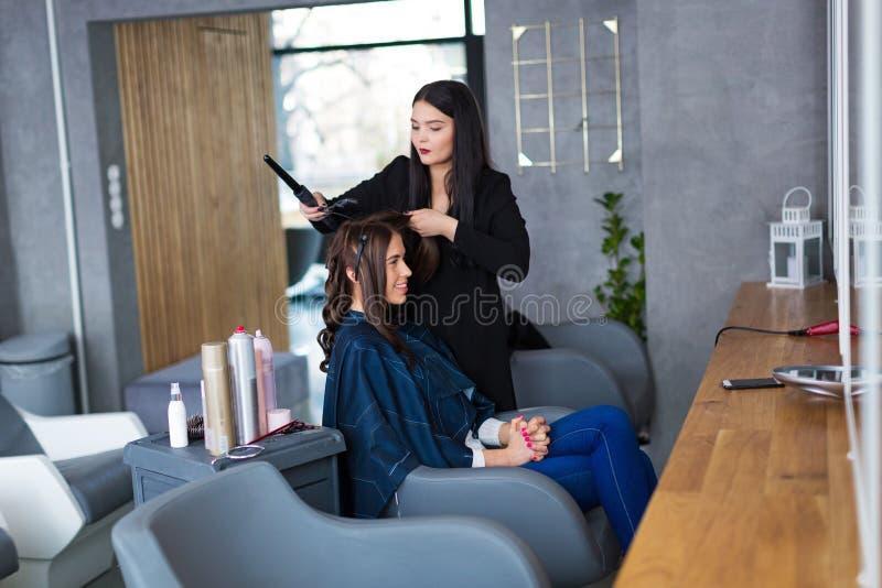 Fryzjer Daje ostrzyżeniu kobieta zdjęcia stock