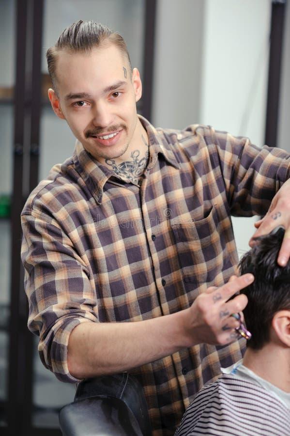 Fryzjer męski ciie włosy mężczyzna fotografia royalty free