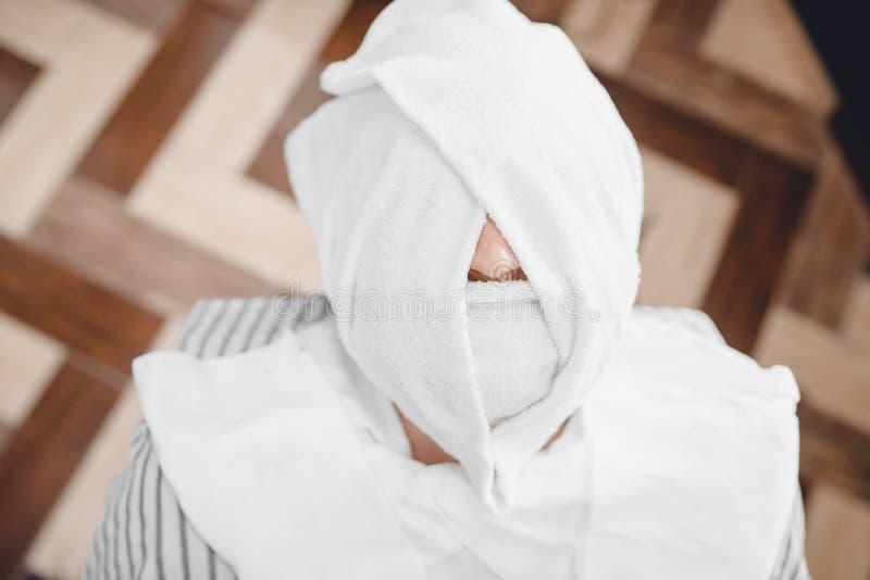 Fryzjer męski kontrpary twarzy skóra mężczyzna z gorącym ręcznikiem przed królewskim ogoleniem w zakładzie fryzjerskim zdjęcie stock