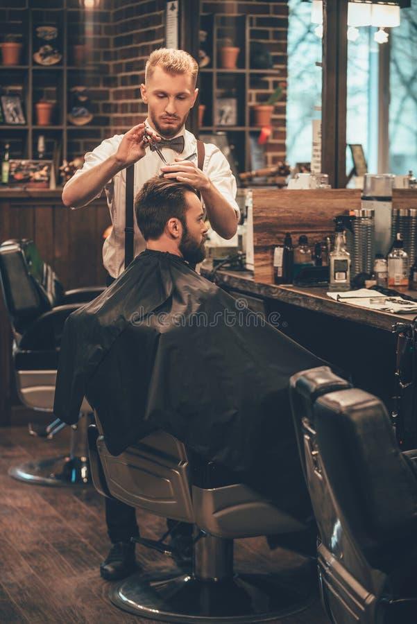 Fryzjer męski przy pracą zdjęcia royalty free