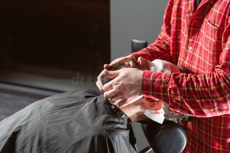 Fryzjer męski robi brodzie kształtować Brody rozcięcie, twarzy opieka Praca w fryzjera męskiego sklepu salonie obrazy royalty free