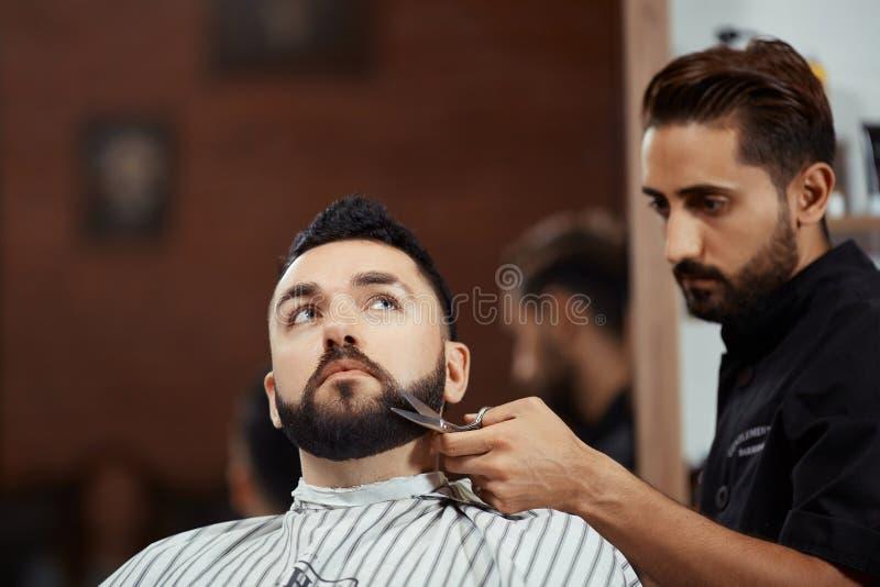 fryzjer męski tnąca broda z nożycami zdjęcia stock