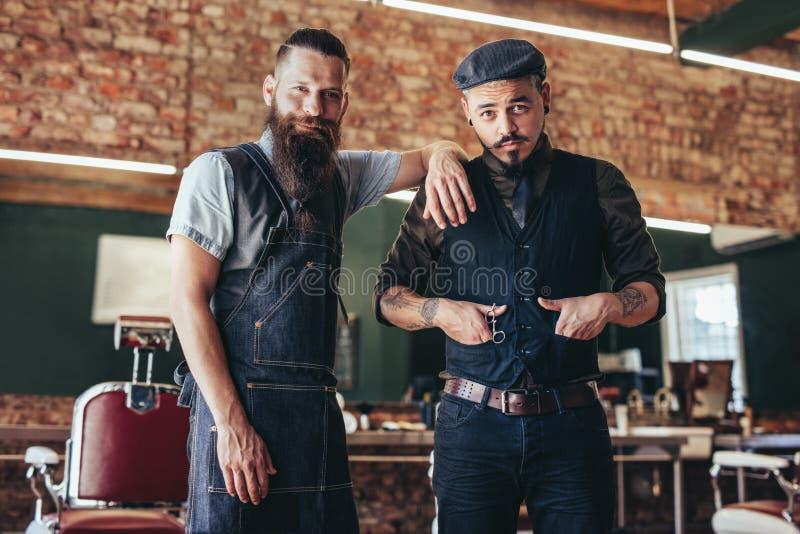 Fryzjer męski z klient pozycją przy zakładem fryzjerskim zdjęcia royalty free