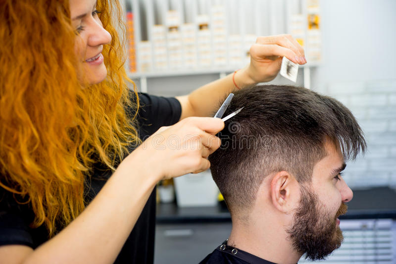 Fryzjer męski z nożycami zdjęcia royalty free