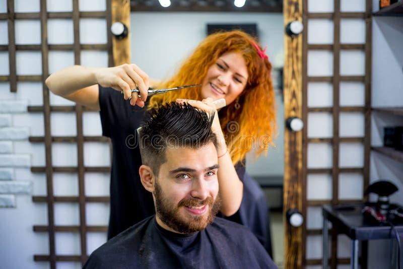 Fryzjer męski z nożycami fotografia stock