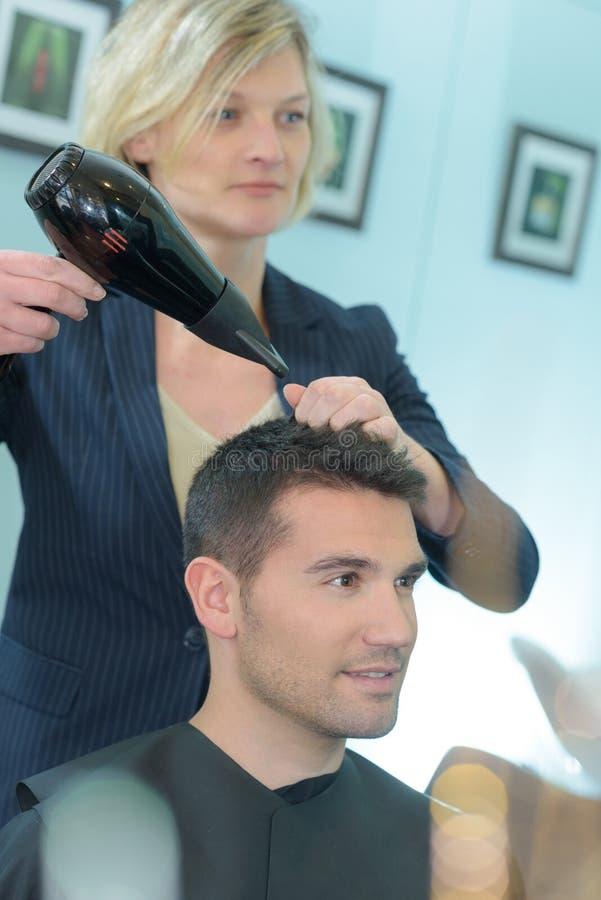 Fryzjer osuszki mężczyzna ` s włosy zdjęcie stock