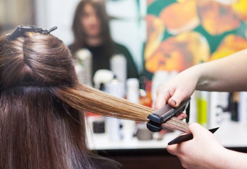 Fryzjer prostuje długiego brown włosy obraz stock