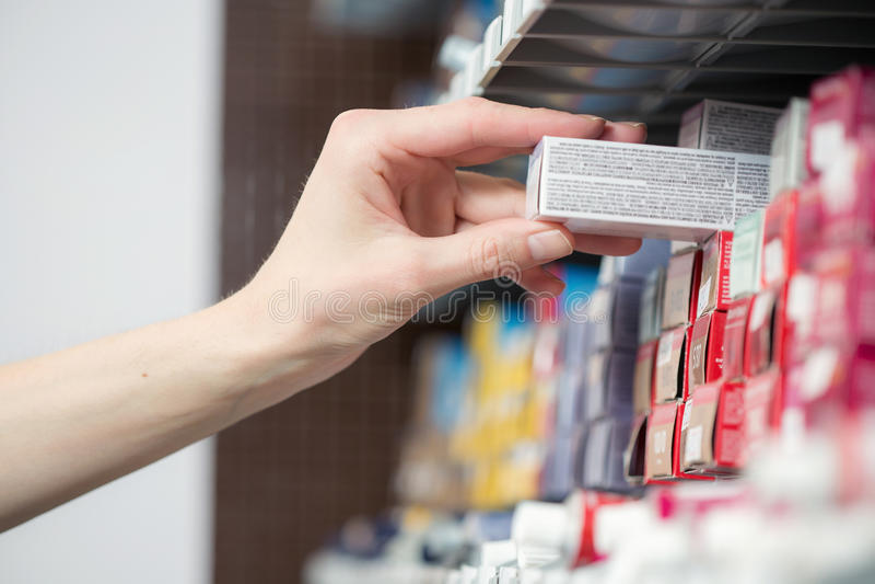 Fryzjer ręka bierze tubki z farbą dla obraz stock