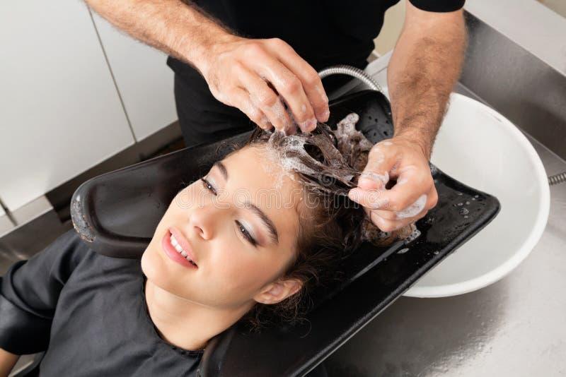 Fryzjer ręki klienta Płuczkowy włosy obraz royalty free