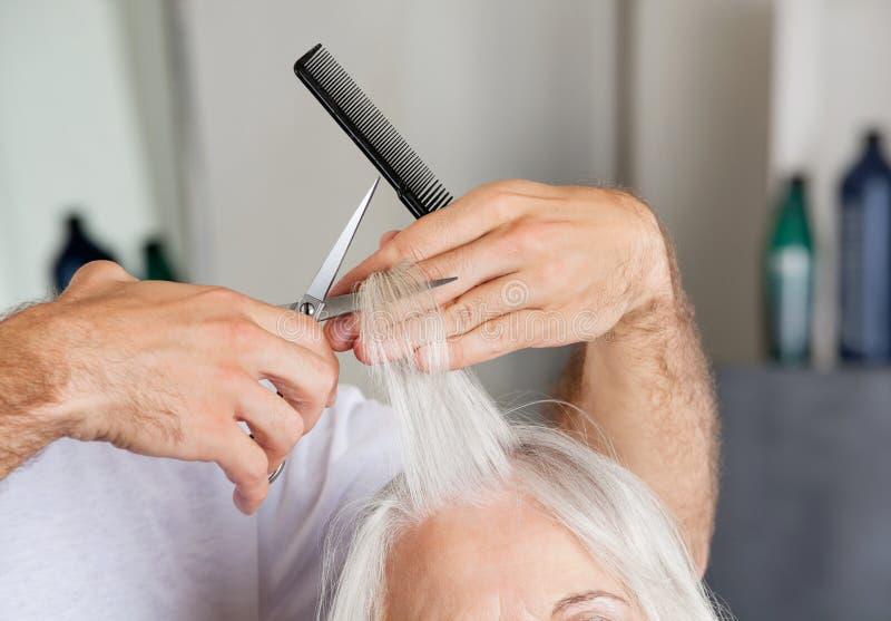 Fryzjer ręki Tnący włosy W bawialni obraz stock