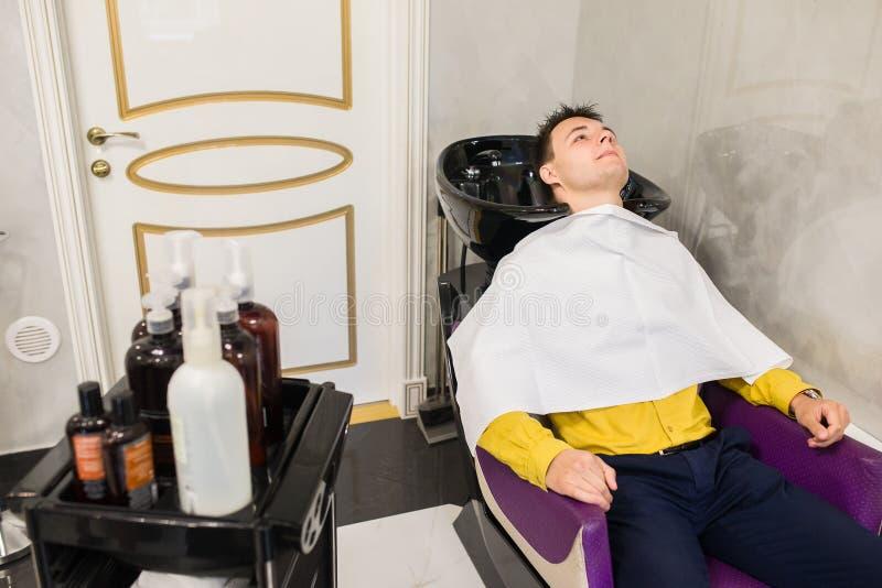 Fryzjer robi ostrzyżeniu fotografia royalty free