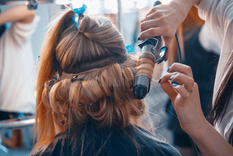 Fryzjer robi włosianym rozszerzeniom młoda dziewczyna obraz royalty free