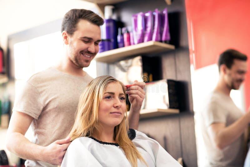 Fryzjer stosuje koloru klienta przy salonem, robi włosianemu barwidłu zdjęcie stock
