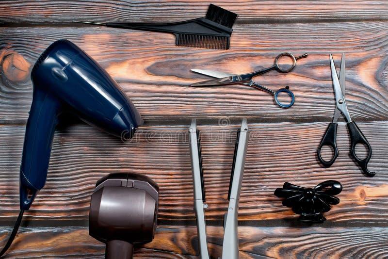 Fryzjer ustawiający z różnorodnymi akcesoriami na drewnianym tle obraz royalty free
