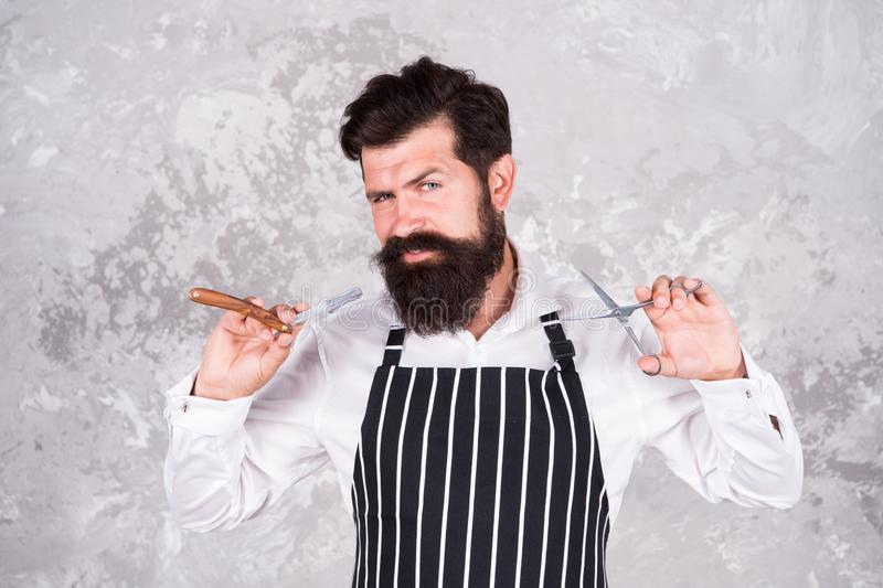 Fryzjer?w m?skich narz?dzia Fryzjer męski w fartucha fryzjera wyposażenia nożycach i ostrzu Fachowy ostrzy?enie Zakładu fryzjersk obraz royalty free