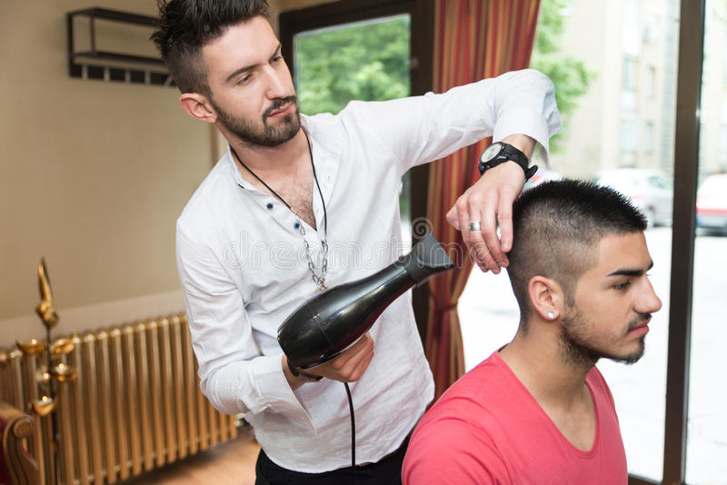 Fryzjera ciosu mężczyzna Suchy włosy W sklepie zdjęcie stock