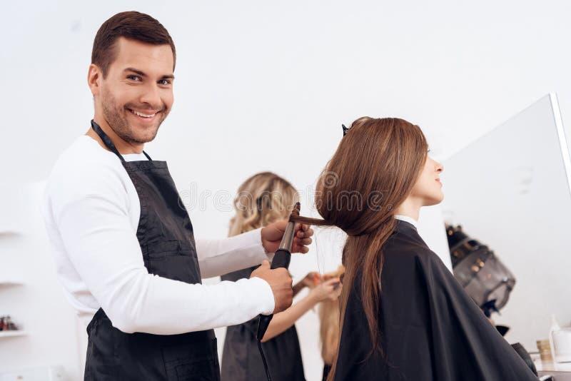 Fryzjera fryzowania brązu włosy piękna kobieta Kobiety opieka o fryzurze obraz royalty free